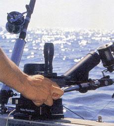 Самым простым способом опускания груза отягощения при использовании даунриггера Scotty является удержание тормозного рычага в руке и торможение шпули большим пальцем руки за внутреннюю сторону.
