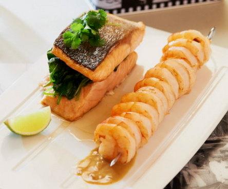 Рецепт жареного лосося со шпинатом и креветками в тайском соусе